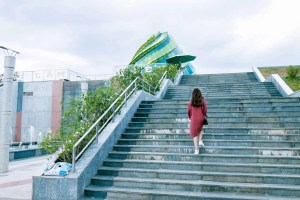 5 ways you can stay active this Winter climb stairs
