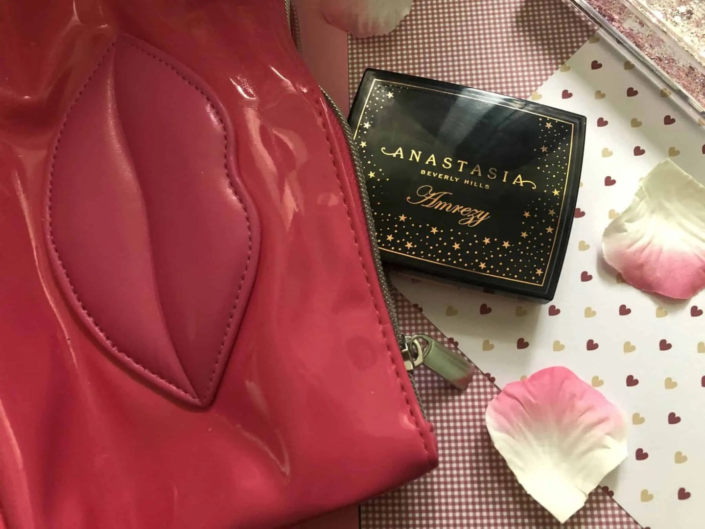 What's in my makeup bag winter edition abh amrezy highlighter