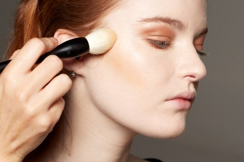 Applying face powder on top of lines