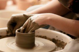 陶芸をしている子供