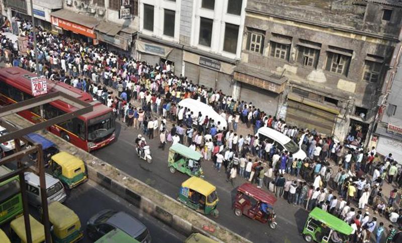 Queues at the banks - Photo Credit: Hindustan Times