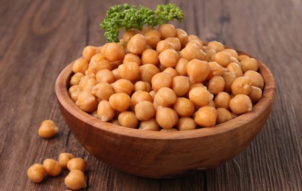 There has been a lot of talk about the benefits of popcorn, but what about other worthy snacks that are quick to make and pack some taste? Start with these roasted chickpeas. The recipe is simple and straightforward and the end result is easily transportable, perfect for outdoor spring adventures.