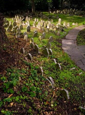 It is necessary to pay and make a reservation to visit the Hyde Park Cemetery. Photo credit: London-In-Sight Blog