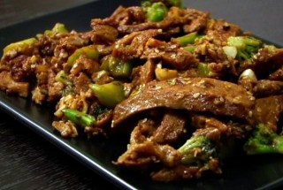 (VEGAN/VEGETARIAN RECIPES) Enjoy this garlic sesame seitan with broccoli.