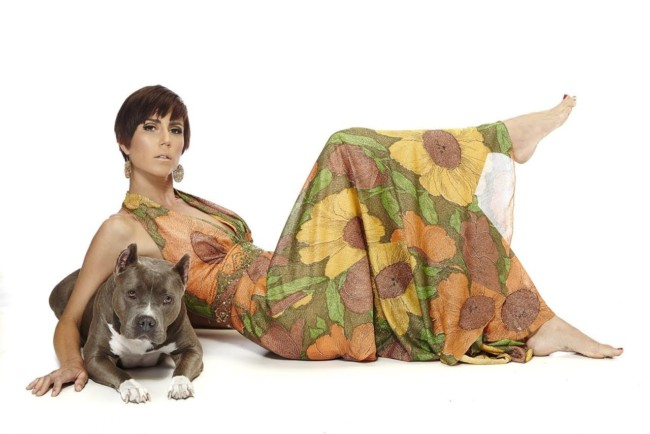 lulu-the-pitbull-poses-with-model-for-models-and-mutts-fundraising-book