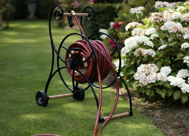 Improve your lawn using retractable garden hoses