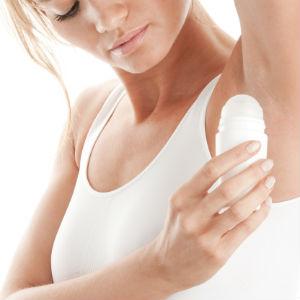 woman-putting-on-deodorant