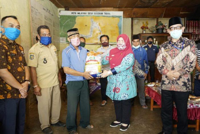 Pemeberian Bantuan JPS Secara Simbolis Oleh Wwakil Bupati Kepahiang Neti Herawati, S.Sos