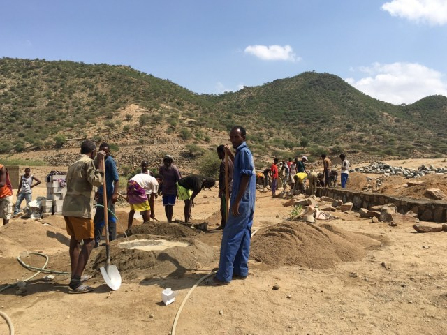 Community members in Ghindae work together to build the foundation for the new classrooms. Community involvement is one of the key innovations of the GPE program in Eritrea. Credit: GPE/Fazle Rabbani