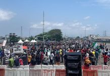 Video Of ENDSARS Protesters Gathering At Lekki Toll Gate Defying 4pm Curfew Lagos