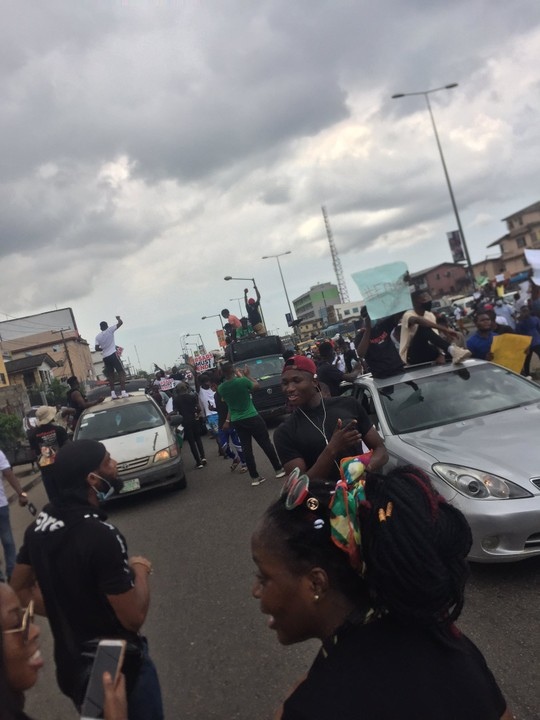 Video Of EndSARS Protesters Moving From UNILAG Into Ikorodu Road