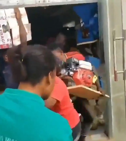 Video Of Hoodlums Breaking Into Electronics Store In Osun State And Carting Away With All Kinds Of Electronics