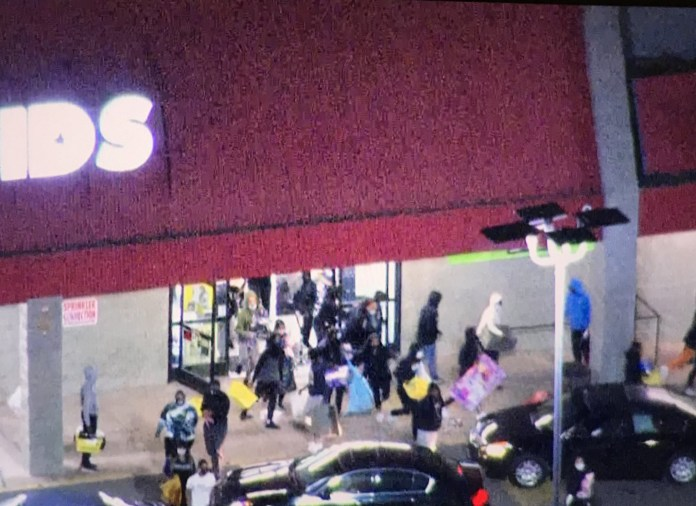 Video Of Protesters looting shopping mall in Philadelphia