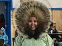 Die Reise führt nach Tuktoyaktuk, und die junge Frau hat gerade den Wettbewerb in tradtioneller Schneiderei gewonnen.