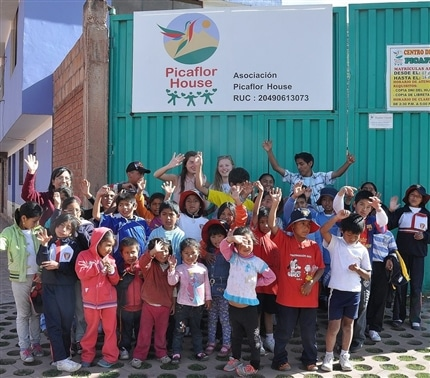 Picaflor Students and volunteer outside Picflor House