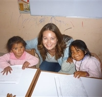 Volunteer with students at Picaflor House