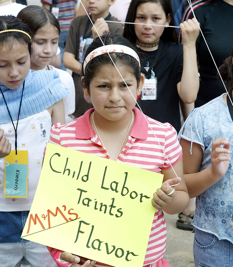Children protest to demand M&M Mars candy company stop sourcing cocoa from suppliers using child labor in Chicago. Photo: AFP