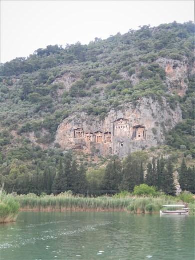 Graven in de bergen gebouwd