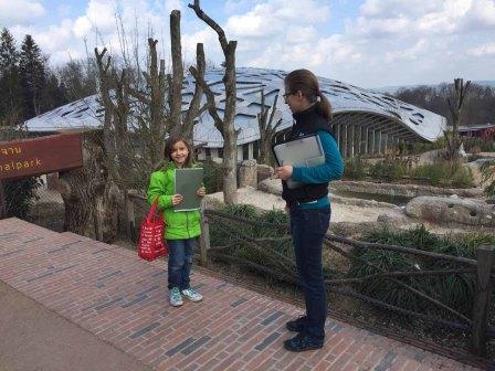 Hier bin ich vor dem Elefantenhaus mit der Pressefrau vom Zoo