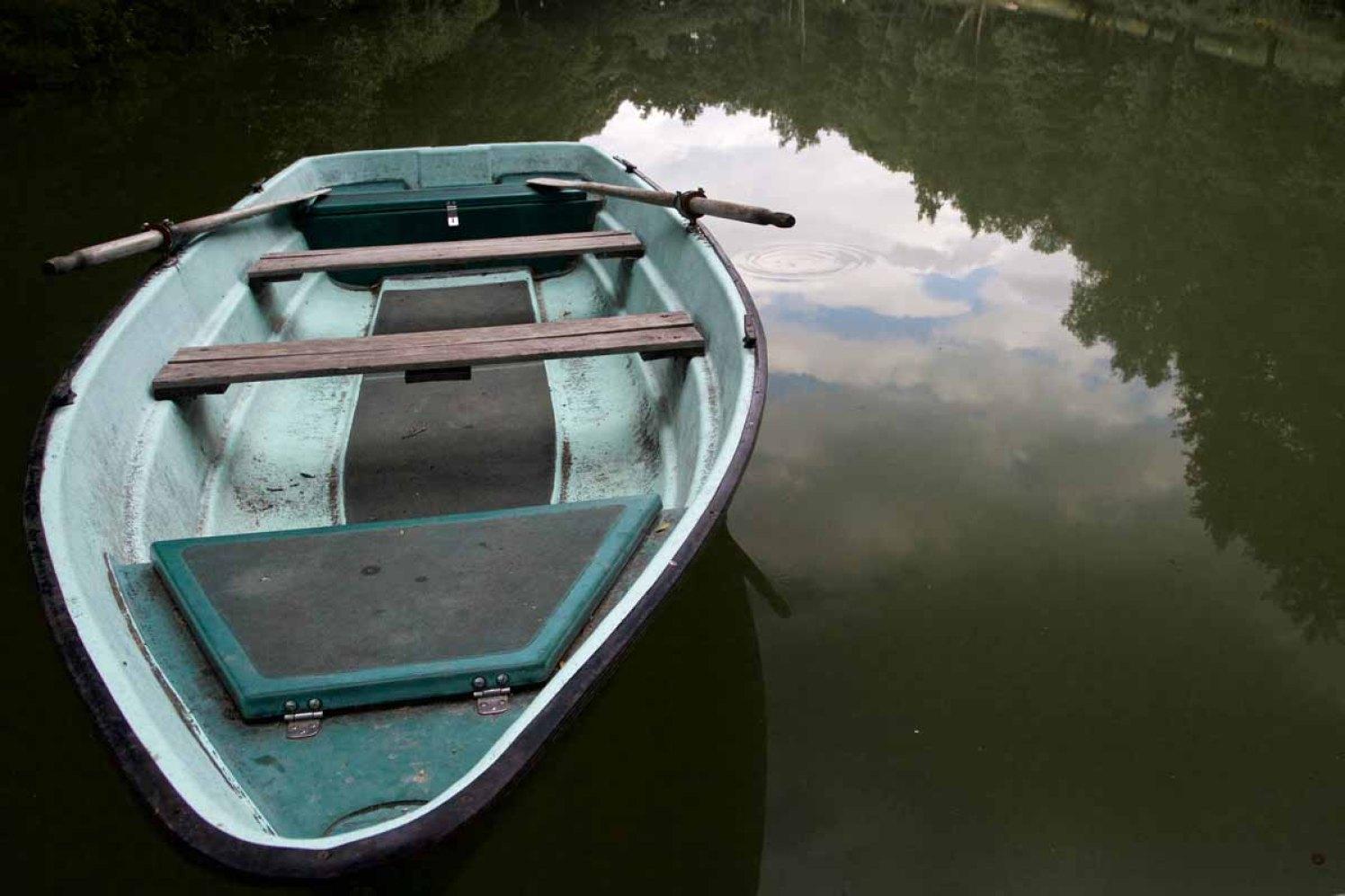 Deutsche Weinstrasse Hütten Wald Hilschweiher Boot auf See