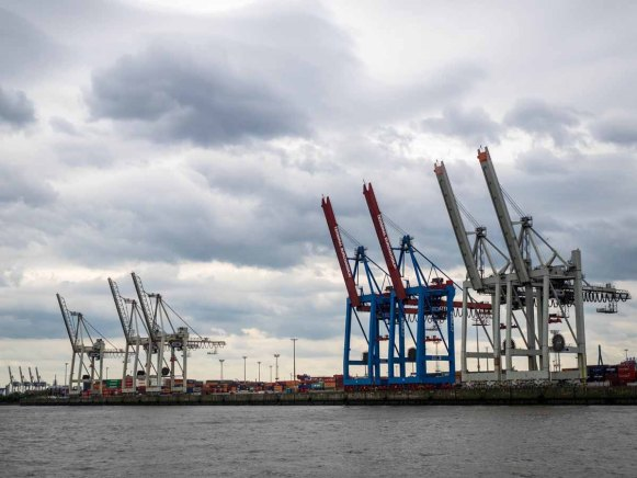 Hafenrundfahrt zwischen Hafenkranen