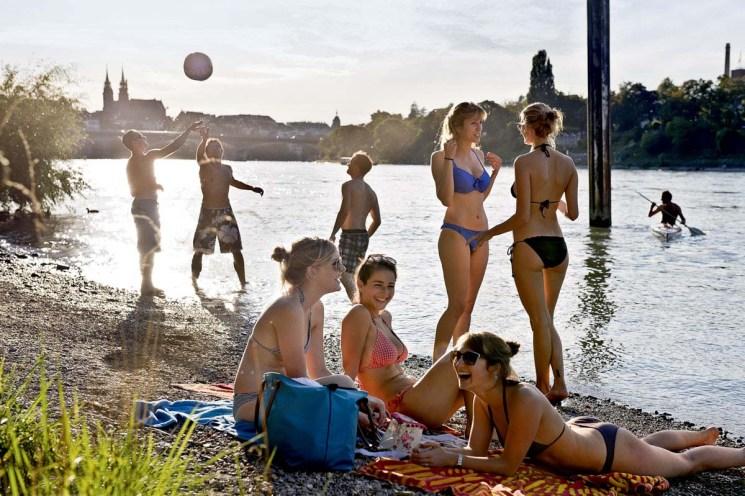 Basler zelebrieren das sommerliche Leben am Rhein (Foto: Basel Tourismus)
