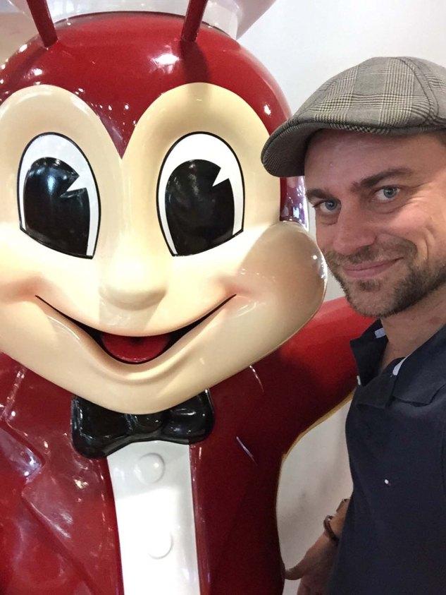 Martin Hoch mit dem Jollibee Maskottchen