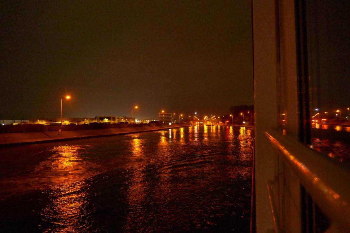 Nachts spiegeln sich die tanzenden Lichter im Wasser.