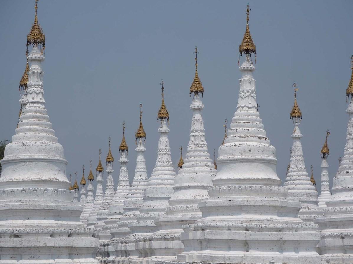 Das grösste Buch der Welt: Die Kuthodaw-Pagode von Mandalay besteht aus 729 pavillonartigen Tempeln, in denen je eine weiße Marmorplatte steht. Darauf sind die Lehren Buddhas geschrieben.