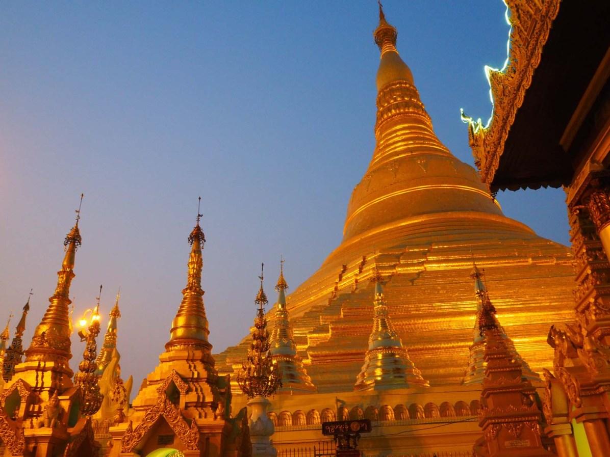 Bezaubernde Atmosphäre vor der Shwedagon-Pagode bei Dämmerung.