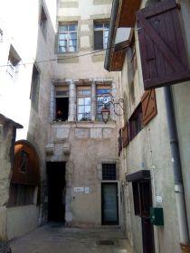 Vue d'une traboule à Chambéry