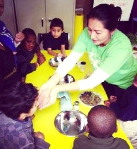 アメリカの子ども達に食育の一貫でハーブの種類と使い方を教えるビビアナ