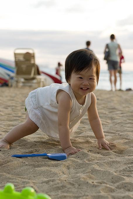 山本香織 娘1歳で訪れたハワイのビーチにて。初めての砂浜に大はしゃぎ。