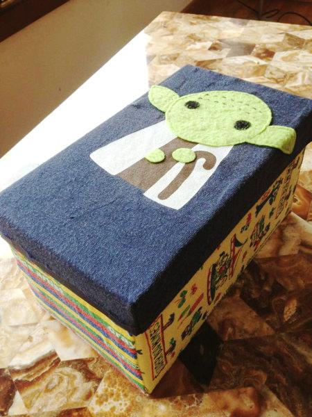 イタリアの保育園では親も工作をさせられます。これはその一つで、宝物入れ。子どもの靴箱サイズのものに布を貼って作りましょうというお達しでした