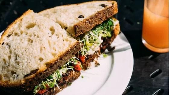 Dieta bezglutenowa - kanapka z kiełkami i warzywami
