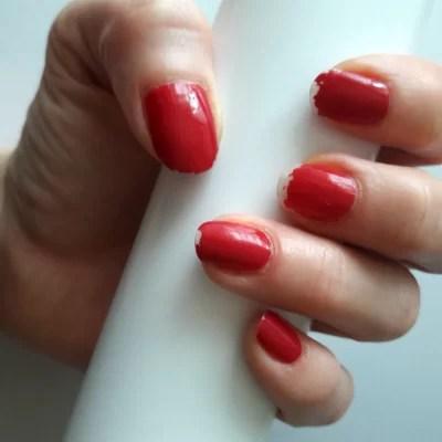 Paznokcie u lewej dłoni, pomalowane lakierem ICONails, efekt po tygodniu