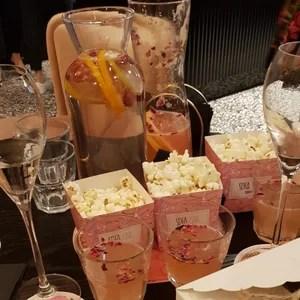 Prosecco, lemoniada różana oraz popcorn - przekąski w kawiarni Sofa Pink