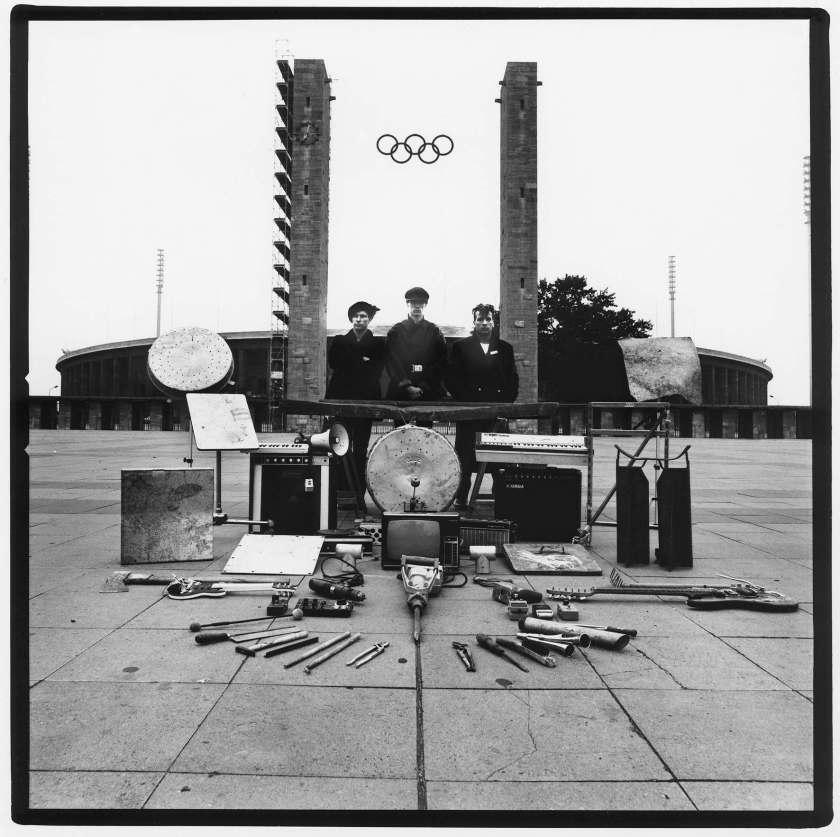 Einstürzende Neubauten: Kollaps | Foto für die Rückseite der LP | Vorplatz Berliner Olympiastadion | ZickZack ZZ65, 1981 | Foto: Peter Gruchot