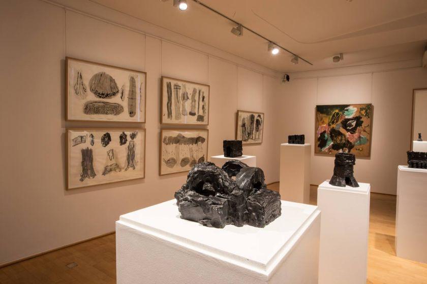 Ausstellungsraum-mit-Zeichnungen-Bronzeskulpturen und Malerei von Per Kirkeby, Museen Böttcherstraße (2016), Foto Patric Leo
