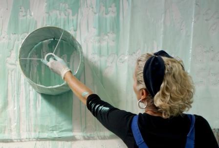 """Ausprobieren ist bei der Sommerakademie am alten Güterbahnhof ausdrücklich erlaubt - hier ein Einblick in den Workshop """"Alles Farbe"""" bei Martina Becker 2015 (c) Ele Hermel"""