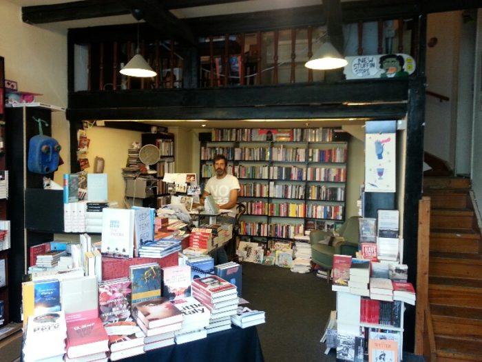 """Urig, besonders und vollgestopft mit Geschichten: Der """"Golden Shop"""" ist der etwas andere Buchladen im Viertel. Sören arbeitet seit neun Jahren dort. Bild: Annica Müllenberg"""