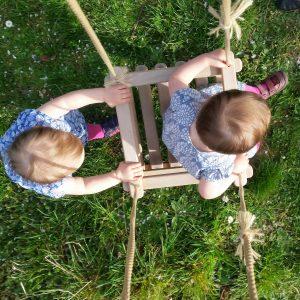 Kinder schaukeln