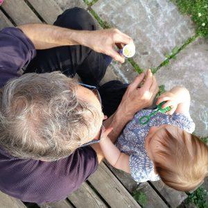 Großvater mit Kind, Seifen blasen