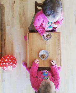 Kinder essen Haferflocken-Kugeln