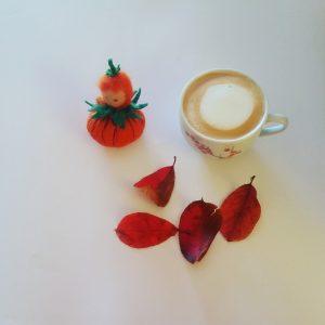 Foto von einer Tasse Kaffee und einer Kürbispuppe