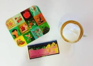 Foto von Kaffee, Postkarte und Zotter Schokolade