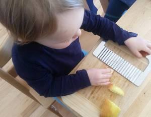 Kind verwendet Wellenschneider