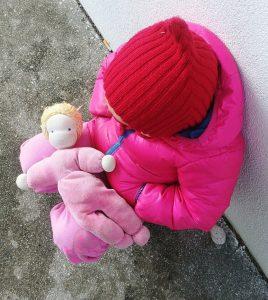 Kleinkind mit Waldorfpuppe