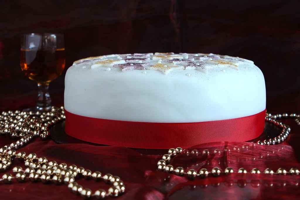 star-decorated-christmas-cake