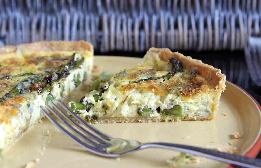 slice-asparagus-quiche
